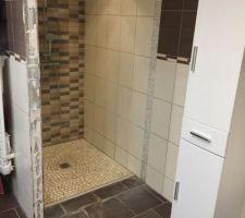 Agrandissement de la douche ( tete de mur et galet au sol)