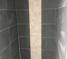 Faïence de la douche à l'italienne terminée