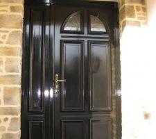 Enduit pierre sur le tour avec linteau de la porte entrée