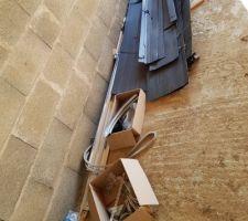 Quincaillerie de la porte de garage traînant dans le garage sans protection