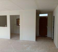 Bureau à gauche, entrée à droite (avec placard 1m80), et à droite, entrée cellier