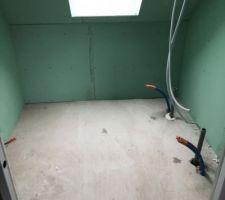 Seconde salle de bains de l'étage avec baignoire, meuble et wc