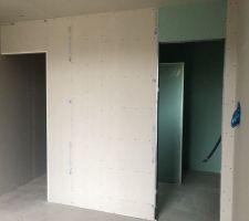 J+180: Fin de placo- Chambre parentale, vue sur la salle d?eau, à droite, et le dressing, à gauche.