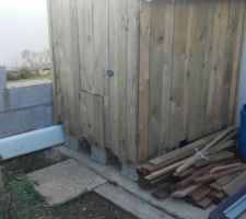 Récupérateur eau de pluie  Habillage bois avec de la recup