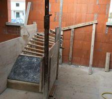 Début de coffrage de l?escalier béton
