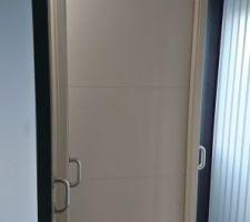 Porte intérieure de base avec rainures horizontales