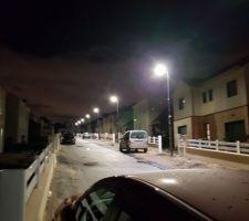 L'éclairage public a enfin été mis en service dans la rue. Pour certains, ça fait 2 ans qu'ils y habitent... il était temps.