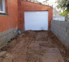 Entrée remblayée jusqu'au garage