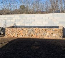 Muret en pierres sèches 1m de haut 7m de long prochaine étape il faut le remplir et planter !!