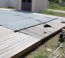 La délicate mise en place de la bordure de la terrasse : montage des lambourdes sous les lames.
