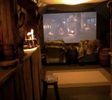 L'Antre, salle de cinéma, bar, jeux vidéo, jeux de rôle ... Il fait sombre oui, photo prise de nuit et la salle est avant tout pour les soirées ! Le sombre est donc voulu !