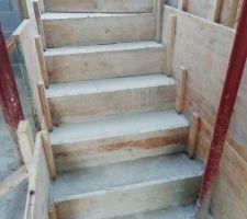 Escalier béton terminé. Hâte de le voir sans le coffrage.