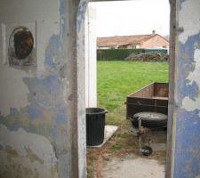 Porte d'entrée du cabanon enlevée