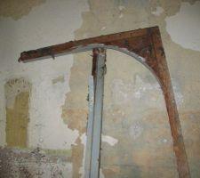 Cadre de la porte d'entrée du cabanon enlevé