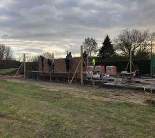 Reprise des travaux aujourd'hui, ça commence à le faire. Pas déçu des briques: le constructeurs nous a présenté ses réalisations et nous a fait choisir sur place ça évite les déconvenues ;-) merci Philippe!