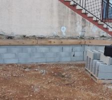 Mur à bancher de soutènement - rampe d'accès