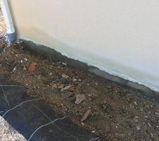 J'ai creusé pour voir d'où proviennent les tâches d'humidité présentent alors qu'il ne pleut pas depuis longtemps, on peut voir le vide sanitaire humide, la terre est légèrement argileuse et on dirait que la bache retient toute l'eau