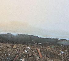 J'ai creusé pour voir d'où proviennent les tâches d'humidité présentent alors qu'il ne pleut pas depuis longtemps, on peut voir le vide sanitaire humide, la terre est légèrement argileuse et on dirait que la bache retient toute l'eau.