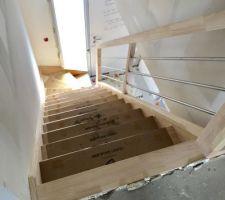 Escalier posé. Modèle en Hévéa. Avec contremarches.