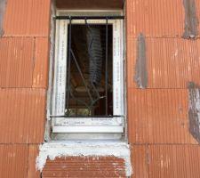 Absence d'ouvrant (vitre cassée lors d'une opération)