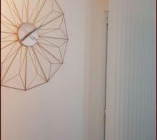 Photo pour montrer l'espace entre mur et stores avec coffret volets roulants.