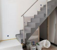 3 premières marches béton ciré blanc, reste en métal peint gris