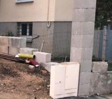 Création d?un petit mur de soutènement pour éviter que la terre déboule chez le voisin et colonne pour futur portail, portillon, cloison et ils ont pu placer les boîtiers électrique et gaz accolés