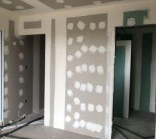 Chambre parentale RDC- Dressing à gauche, salle de douche à droite