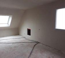 Chambre de  l'étage vue sur trappe accès sous pente