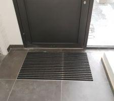 Porte d'entrée et son tapis encastré