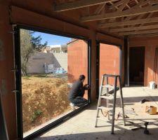 Baies vitrée du salon en cours d'installation