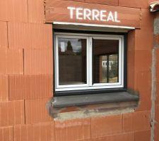 Cadre de la fenêtre cuisine corrigée, mais toujours cassée