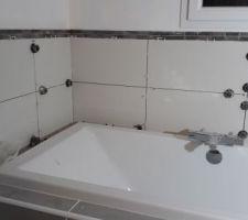 Pose de la faïence et de la mosaïque autour de la baignoire terminée ! Plus qu'à faire les joints