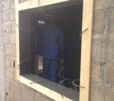 Bien,après la fin des toitures,  nous étions partis pour poser fenêtres et portes de notre habitation. Seulement, nous avons un peu galéré pour trouver une bonne entreprise, car nous voulions du double vitrage. Nous en avons trouvé une, mais pour la fabrication il valait attendre plus d'un mois. Comme nous avons toujours prévu d'être présent pour les gros travaux et que mon épouse n'avait que trois semaines de présence au Cameroun, nous avons décidé de réaliser plutôt le début du crépi extérieur et de terminer l'intérieur de la maison.