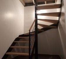 Escalier fini. Marche et main courante  en hêtre. Structure et rambarde en métal.