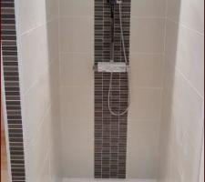 Pose de la colonne de douches, des spots mais aussi d'un petit gadget sympa : des enceintes bluetooth encastrés pour chanter spus ma douche :D