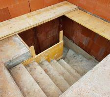 Escalier coulé avec la dalle