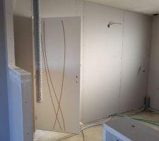 Vue de la cuisine et de la porte de liaison garage-cuisine