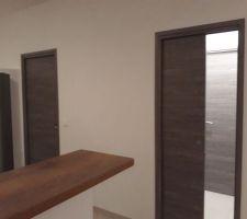 Les 2 portes à galandage du salon à coté de la cuisine