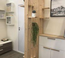 Cloison séparation salle d?eau /chambre en bois avec mini étagères