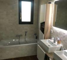 Salle de bain des enfants, avec douche baignoire et double vasque
