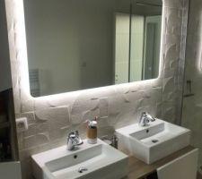 Salle de bain des enfants avec avec miroir rétroéclairé