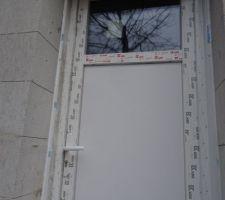 Porte donnant sur le jardin derrière la maison. Ayant oublié de mettre une fenêtre dans le cellier, nous avons opté pour la porte avec une vitre pour ajouter de la luminosité.
