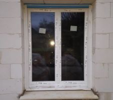 Menuiseries en triple vitrage. Fenêtre du salon.