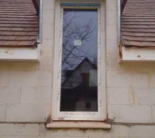 Menuiseries en triple vitrage. Porte fenêtre d'une chambre.