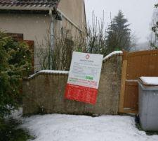 Le permis de construire au début de l'hiver. Sous la neige.
