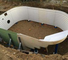 Montage de la piscine avec son escalier