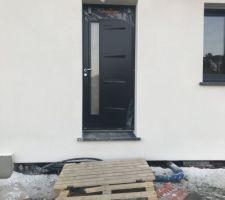 18.02.2019   Nous avons enfin débâcher la porte d entrée , c est vraiment magnifique !!!  Maintenant il faut remettre la terre à niveau car ça fait vraiment maison penché hihihi !!!