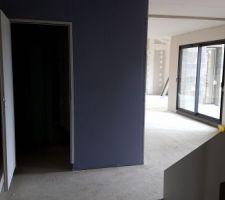 Vu depuis la porte du cellier avec la pièce de vie sur le fond à droite