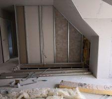 Palier, vue sur trémie escalier et petit couloir chambres